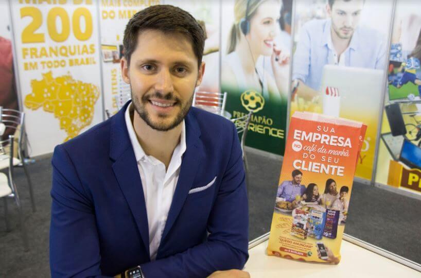 Ele largou o emprego em uma multinacional para criar a rede que é destaque entre franquias de publicidade; faturamento passa dos R$ 6 milhões