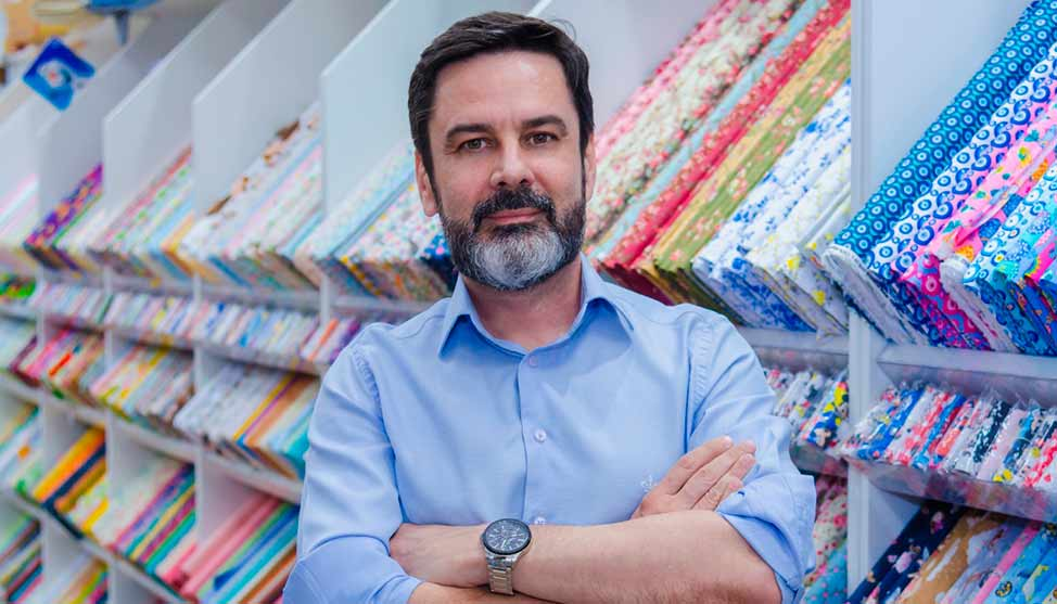 Executivo 'larga gravata' para vender sacarias e fatura mais de R$ 23 milhões ao ano com artesanato